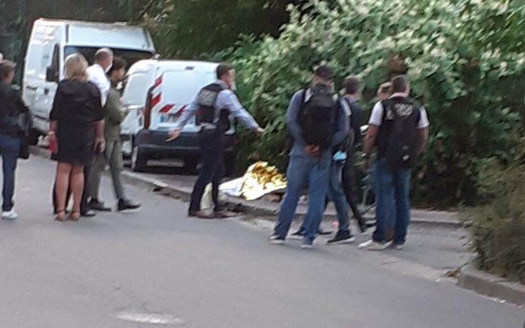 Francie: Útočníci srazili mladíka autem, poté ho ubodali