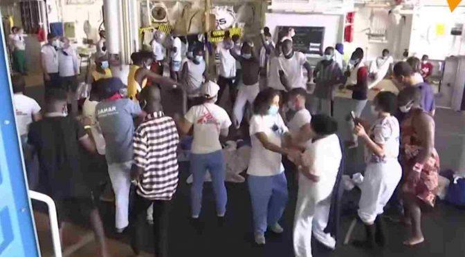 Podívejte se, jak bujaře slaví pašeráci se svými zákazníky na palubě lodi Geo Barents (video)