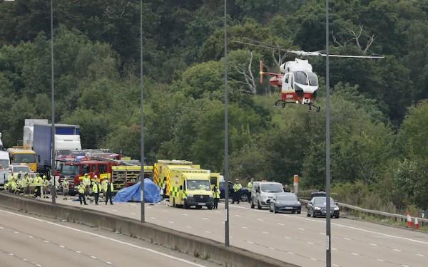 Klimatičtí aktivisté u Londýna zablokovali dálnici, způsobili řetězovou nehodu s těžkým zraněním (video)