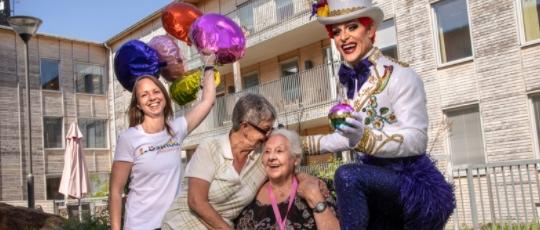 Švédský domov důchodců otevírá LGBTQ oddělení, vyzdobené duhovými vlajkami