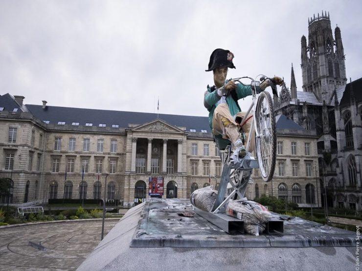 """Francie: Starou jezdeckou sochu Napoleona nahradil """"moderní"""" Napoleon na kole"""