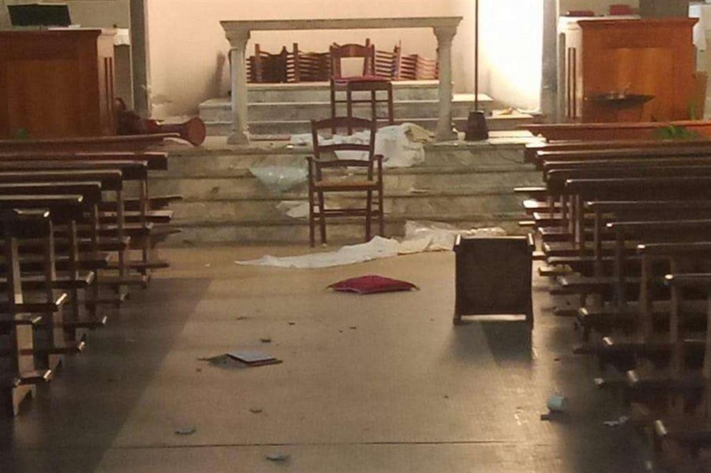 Itálie: Neznámí pachatelé zdevastovali kostel a soše Panny Marie usekli hlavu