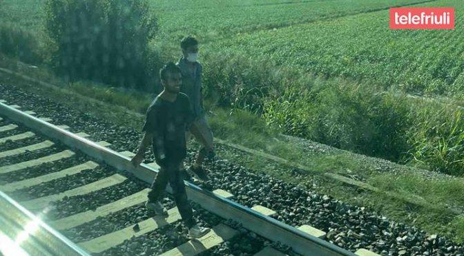 Itálie: Invazisté zastavují vlaky, balkánskou trasou přicházejí po kolejích