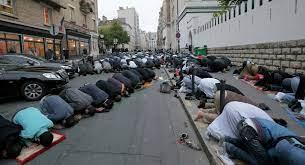 Ve Francii muslimové oslavovali výročí 11.září pouliční venkovní modlitbou