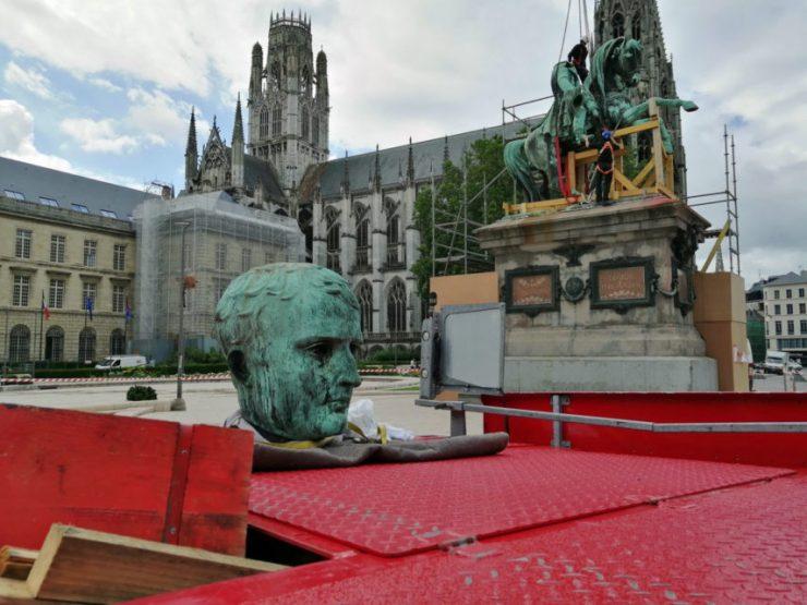 Starosta francouzského Rouenu chce nahradit sochu Napoleona sochou feministické aktivistky