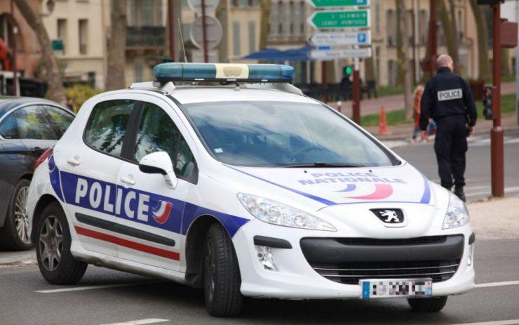 Francie: 3 vetřelci se vloupali do domu rodiny s dětmi, vyhrožovali jim pistolí a mačetou