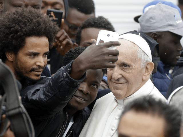Bergoglio včera opět vyzval k otevření hranic