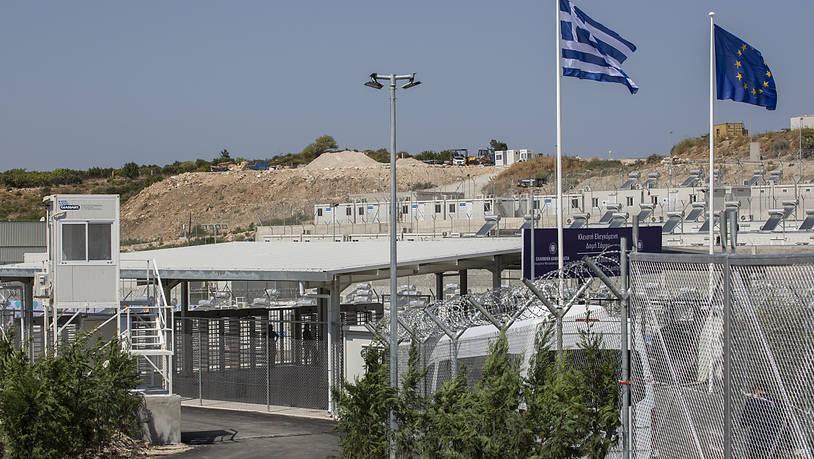 Nový migrační tábor v Řecku je opatřen ostnatými dráty, kamerami, rentgenovými skenery a magnetickými dveřmi
