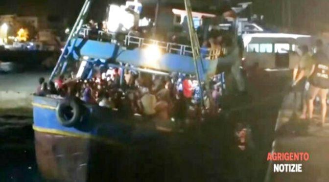 Na Lampedusu připlulo během 24 hodin téměř 1000 invazistů (video)