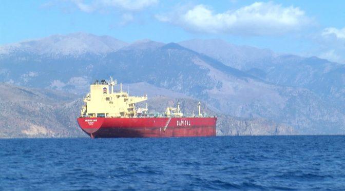 152 ilegálů, vylovených tankerem, se odmítá vylodit na Krétě, požadují odvoz do Itálie