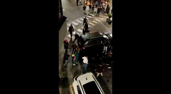 Itálie: Útok invazistů na auto – cestující jsou vytaženi ven a zbiti (video)