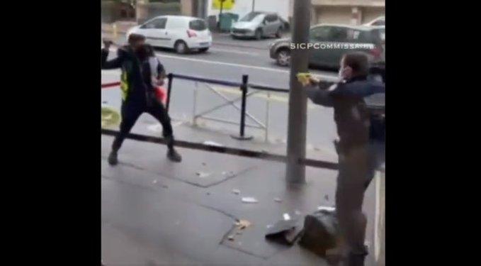 Francie: Podívejte se na to, jak útočícího muslima se dvěma noži zneškodnili policisté (video)