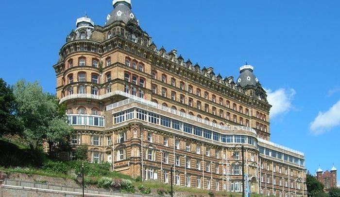 Do luxusního britského hotelu nastěhovali mezi hosty Afghánce, když si hosté stěžovali, nazvali je rasisty