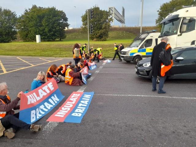 Ekoteroristé opět blokují britské silnice, naštvaní řidiči se s nimi hádají a odtahují je ze silnice (videa)