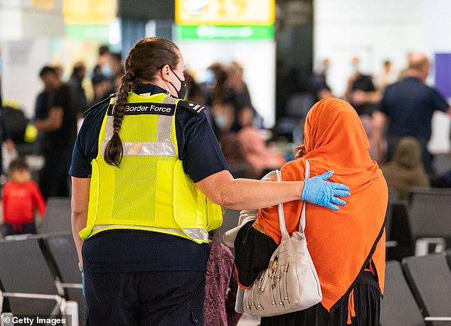 Afghánci, kteří údajně utekli před Talibánem, se v britských hotelích nudí, žádají o možnost návratu domů