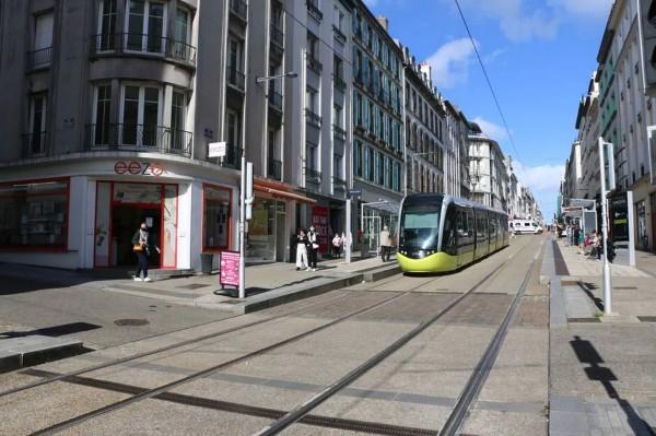 """Gangy """"mladíků"""" beztrestně terorizují obyvatele francouzského Brestu"""