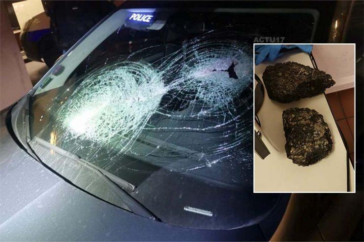 Francie: Třicetičlenný muslimský gang napadl dva policisty kameny a lahvemi, poničili i policejní auto