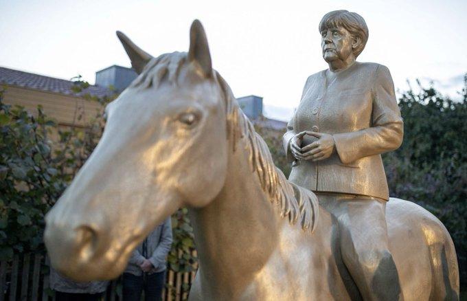 V Drážďanech se objevila jezdecká socha Merkelové