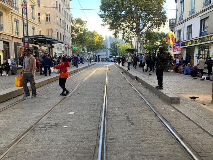 Obyvatelé a obchodníci z multikulturní čtvrti Lyonu jsou znepokojeni – každodenní pouliční boje se staly pravidlem