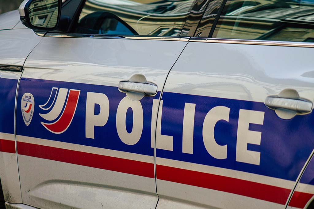Francie: Policisté šli na pomoc lynčovanému muži, sami pak byli zbiti a zraněni