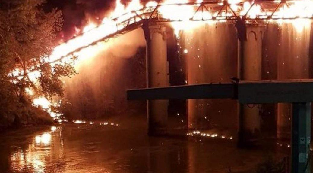 V Římě hořel přistěhovalecký slum, v plamenech byl i železný most (video)